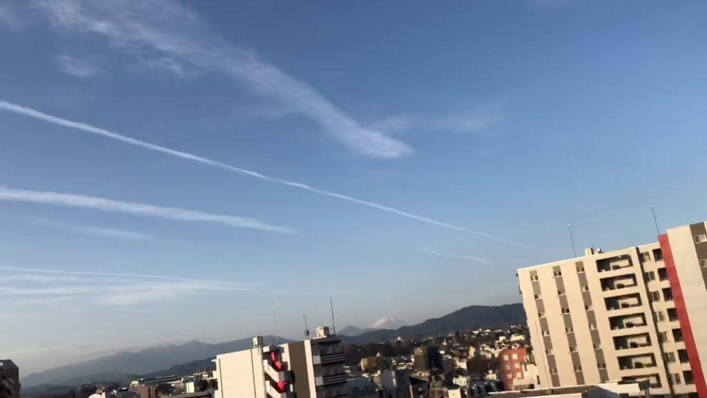 ケムトレイル、八王子上空を東京方向から甲府方向に飛行