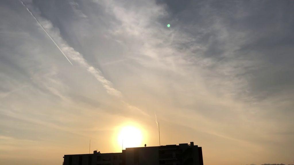 ケムトレイル、夕方の空
