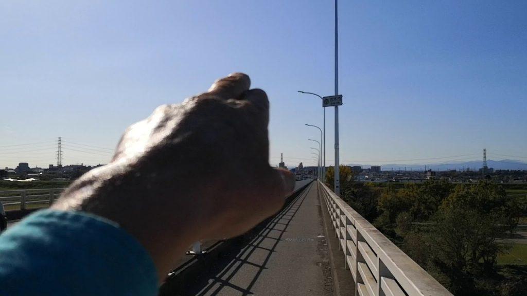 荒川秋ヶ瀬橋からの眺め、ケムトレイルで白い空、荒川には茶色い怪しい水流入!