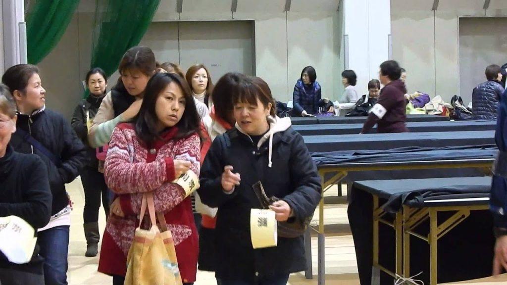 開票所から、イチイチデカイ手荷物を持って退出する開票作業員