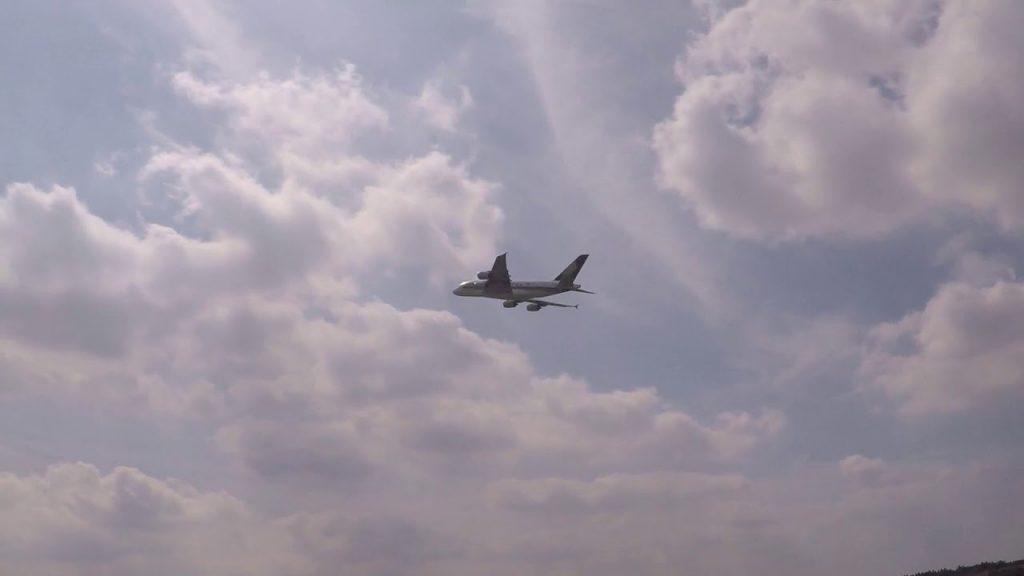 エアバスA380とUFOのツーショット