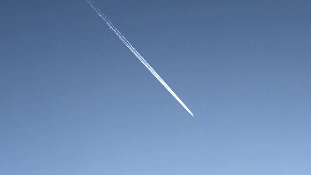 ★ケムトレイル四連発&幽霊飛行機★あまりに不自然な機影の変化(全面白色で垂直上昇⇒透明化⇒瞬間発光)