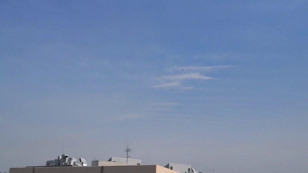 白い空、洗濯板上のケムトレイル雲、今日は夏日です! 2019.6.6